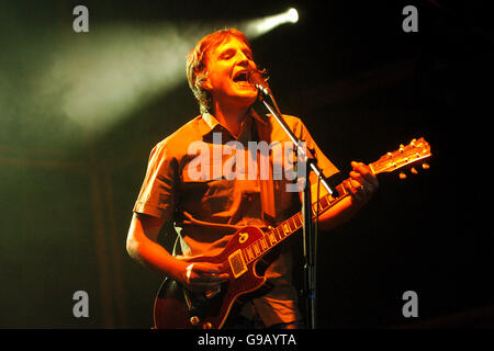 Horse Racing - Rock at the Races featuring Starsailor - Kempton Park Racecourse - Stock Photo