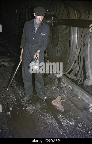 A locomotive fitter complete with hammer and carbide lamp. Rose Grove depot, Burnley on Tuesday, 18 June 1968. - Stock Photo