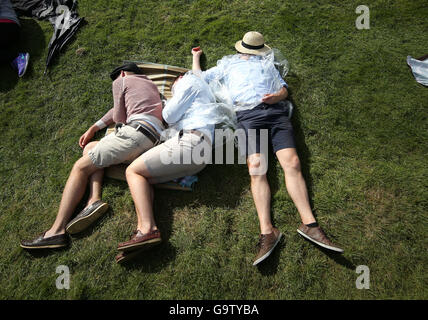 Spectators relax on Murray Mound on day five of the Wimbledon Championships at the All England Lawn Tennis and Croquet - Stock Photo