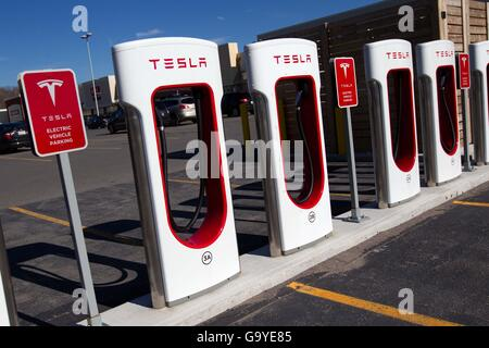 Kingston, Ontario, Canada. 3rd Nov, 2015. Tesla Motors recharging units at King's Cross outlet mall in in Kingston, - Stock Photo