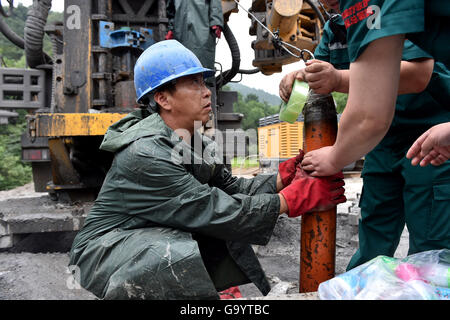 Qinshui, China's Shanxi Province. 5th July, 2016. Rescuers prepare to transport food to trapped miners at a flooded - Stock Photo