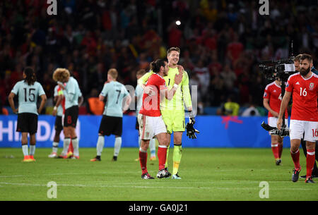 Wales' Gareth Bale (left) and Wales goalkeeper Wayne Hennessey celebrates after the final whistle during the UEFA - Stock Photo
