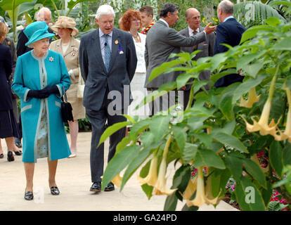 Queen vists RHS garden - Stock Photo
