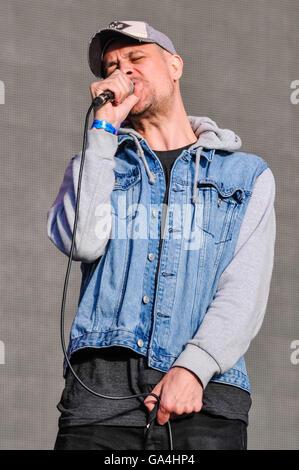 BELFAST, NORTHERN IRELAND. 25 JUN 2016 - David Jakes, lead vocalist from the Cambridge based alternative rock band - Stock Photo