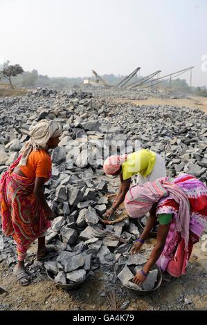 INDIA Westbengal, worker in stone quarry near Bankura - Stock Photo