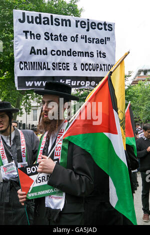 London, UK. 3rd July, 2016. Pro-Palestinian groups took part in a march and rally to commemorate Al-Quds Day. Organized - Stock Photo