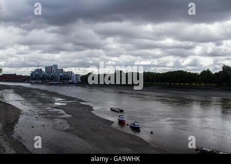 Putney London,UK. 4th August 2016. Putney Bridge riverside covered by Large dark morning clouds despite warm temperatures - Stock Photo