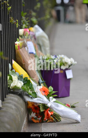 Russell Square, London, UK. 4th August 2016. Flowers and tributes left at the scene. knifing Russell Square - Stock Photo