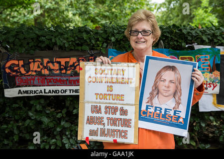 London, UK. 4th August, 2016. An activist from the London Guantánamo Campaign protests outside the US Embassy in - Stock Photo
