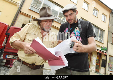 Olomouc, Czech Republic. 05th Aug, 2016. German artist Guenter Demnig, (left) the author of the Stolpersteine (stumbling - Stock Photo
