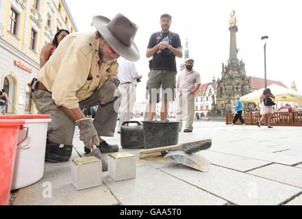 Olomouc, Czech Republic. 05th Aug, 2016. German artist Guenter Demnig, the author of the Stolpersteine (stumbling - Stock Photo