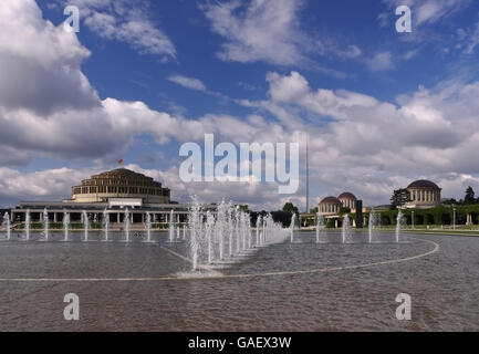 Breslau Jahrhunderthalle und Springbrunnen - Wroclaw Centennial Hall and fountains in the park - Stock Photo