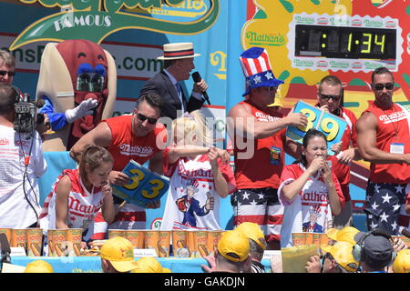 New York City, United States. 04th July, 2016. Women contestants work their way through hot dogs. Eight time Nathan's - Stock Photo