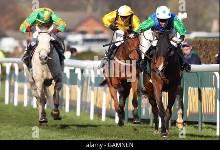 Horse Racing - The 2008 John Smith's Grand National Meeting - Day Three - Aintree - Stock Photo