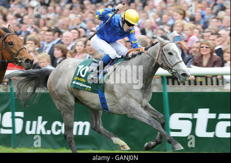 Horse Racing - StanJamesUK Guineas Festival - Newmarket Racecourse - Stock Photo
