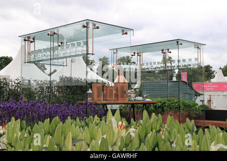 Silver-gilt Medal Winner: Crabtree & Evelyn 'Botanical Studio' by Jade Goto. Show Garden. RHS Hampton Court Palace - Stock Photo
