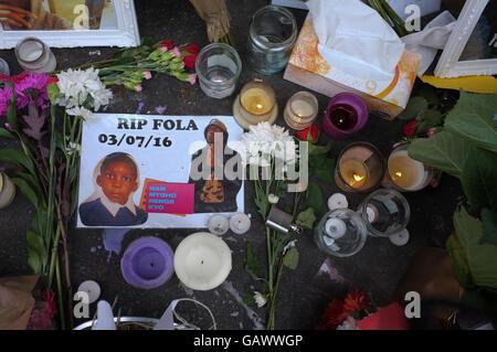 London, UK. 05th July, 2016. Tributes on the spot where teenager Fola Orebiyi, 17, was stabbed to death on Portobello - Stock Photo