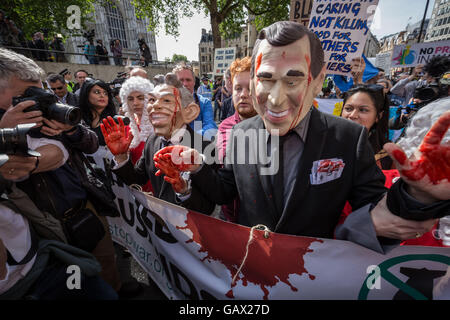 London, UK. 6th July, 2016. Anti-War protesters outside QEII conference centre in Westminster as Sir John Chilcot - Stock Photo