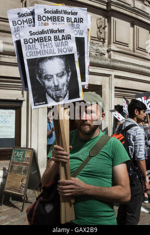 London, UK. 6 July 2016. Protesters outside the Queen Elizabeth II Conference Centre, London, where the publication - Stock Photo