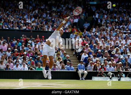 London, UK. 6th July, 2016. Roger Federer of Switzerland serves to Marin Cilic of Croatia during the men's singles - Stock Photo