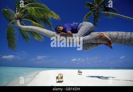 Der Traumstrand mit Palmen und weissem Sand an der Insel Velavaru im Southmale Atoll auf den Inseln der Malediven - Stock Photo