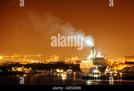The QE2 in Tyneside - Stock Photo
