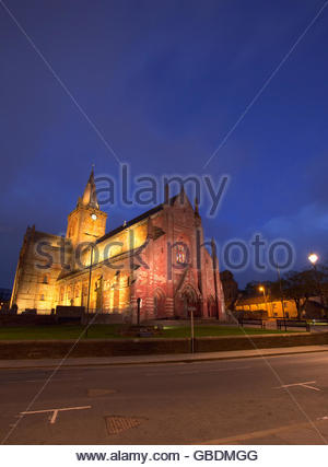 St Magnus Cathedral floodlit at dusk, Kirkwall, Mainland, Orkney, Scotland. - Stock Photo