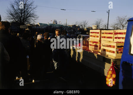 geography / travel, Germany, visitors from East-Germany in Hamburg, fruit sale at Jungfernstieg, November 1989, - Stock Photo