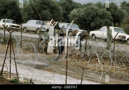 geography / travel, Israel, borders, 'The Good Fence', near Metulla, Lebanon, people crossing border, 1970s, Additional - Stock Photo