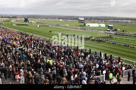 Horse Racing - The 2009 John Smith's Grand National Meeting - Day Three - Aintree Racecourse - Stock Photo