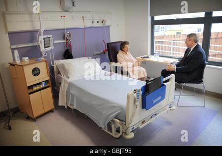 Alan Johnson visits new Bevan Ward at Hillingdon Hospital - Stock Photo