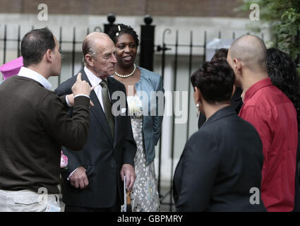 Queen visits Coram children's charity - Stock Photo