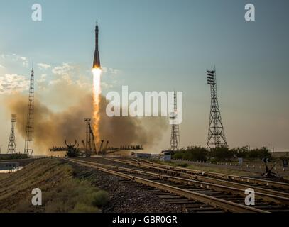 Baikonur Cosmodrome, Kazakhstan. 7th July, 2016. The Russian Soyuz MS-01 spacecraft launches to the International - Stock Photo