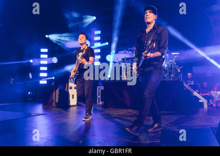 Milwaukee, Wisconsin, USA. 5th July, 2016. MARK HOPPUS (L) and MATT SKIBA of Blink-182 perform live at Henry Maier - Stock Photo