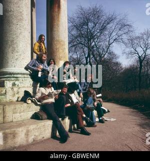 Sommer 1973. Stadtteil Schwabing. Junge Leute (Gammler) am Monopteros im Englischen Garten. Summer 1973. Young people - Stock Photo