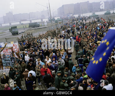 geography / travel, Germany, Fall of the Berlin Wall, people standing on the Potsdamer Platz, Berlin, November 1989, - Stock Photo