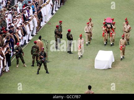 Karachi, Pakistan. 9th July, 2016. Pakistani soldiers carry the coffin of well-known Pakistani philanthropist Abdul - Stock Photo