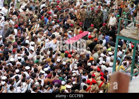 Karachi, Pakistan. 9th July, 2016. Pakistani people carry the coffin of well-known Pakistani philanthropist Abdul - Stock Photo