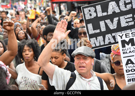 Brixton, London, UK. 9th July 2016. Black Lives Matter protesters march around Brixton before stopping traffic in - Stock Photo