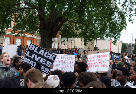 London, UK. 9th July, 2016. There was a large Black Lives Matter protest in Brixton this evening. Hundreds of demonstrators - Stock Photo