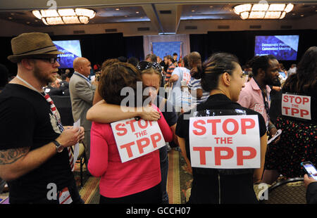 Orlando, Florida, USA. 9th July, 2016. Opponents of the Trans-Pacific Partnership (TPP) embrace at the 2016 Democratic - Stock Photo