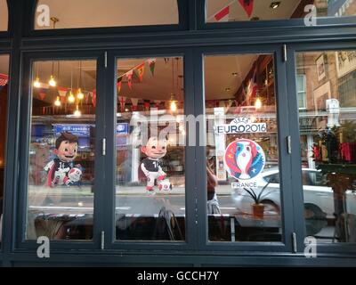 London, UK. 09th July, 2016. Londoners are getting ready to the Final Euro 2016, by embellishing cars, pubs with - Stock Photo