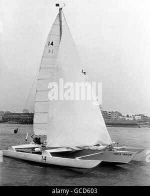 AJAX NEWS PHOTOS. 4TH MAY, 1974. PORTSMOUTH,ENGLAND. - BANK MANAGER SAILOR - BRIAN COOKE AND HIS CREW ERIC JENSEN - Stock Photo