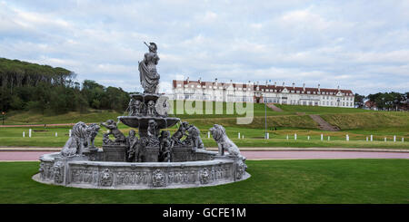 water-fountain-and-turnberry-hotel-at-trump-turnberry-golf-resort-turnberry-scotland-gcfe1m.jpg