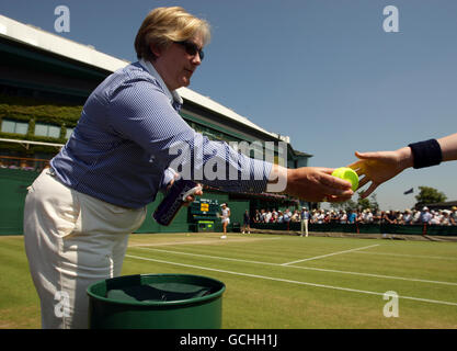Tennis - 2010 Wimbledon Championships - Day Seven - The All England Lawn Tennis and Croquet Club - Stock Photo