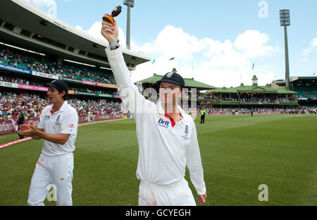 Cricket - 2010 Ashes Series - Fifth Test Match - Australia v England - Day Five - Sydney Cricket Ground - Stock Photo