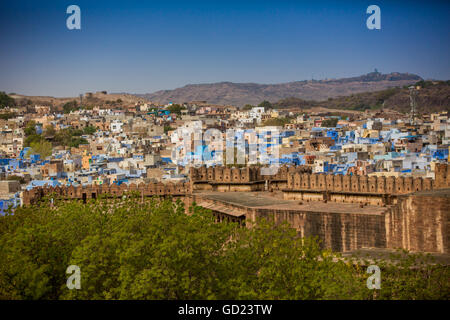 The city wall of Mehrangarh Fort towering over the blue rooftops in Jodhpur, the Blue City, Rajasthan, India, Asia - Stock Photo