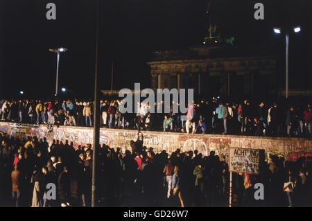 geography / travel, Germany, German reunification, fall of the Berlin Wall, 9.11.1989, crowd of people on the wall, - Stock Photo