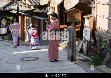 View down on one of the most popular streets in the higashiyama district old town of Kyoto. - Stock Photo