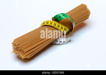 Spaghettis mit Massband, Vollkorn-Spaghetti, Vollkornspaghetti - Stock Photo